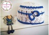 Cappellino neonata in cotone all'uncinetto bianco e blu