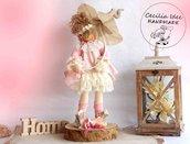 Bambola in piedistallo