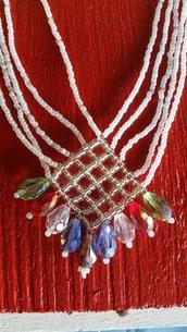 Collana di perline bianche e ciondolo a rombo con gocce di cristallo