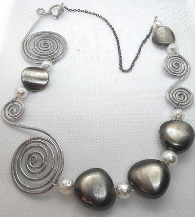 Collana in filo di alluminio argentato e perle bianche e antracite fatta a mano