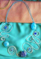 Collana in filo di alluminio e cabochon in resina azzurro perlato e viola fatta a mano