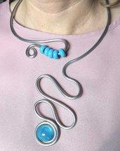 Collana/collier in filo di alluminio, cabochon in resina azzurro perlato e perle celeste fatto a mano