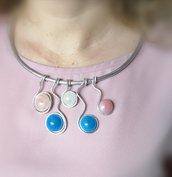 Collana/collier in filo di alluminio argentato e cabochon in resina azzurro, rosa e bianco perlato fatto a mano