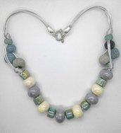 Collana in cordoncino argentato e perle in ceramica azzurre, grigie e bianche fatta a mano