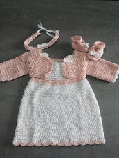 Completo vestito, coprispalle, fascia e scarpette. Taglia 0-3 mesi