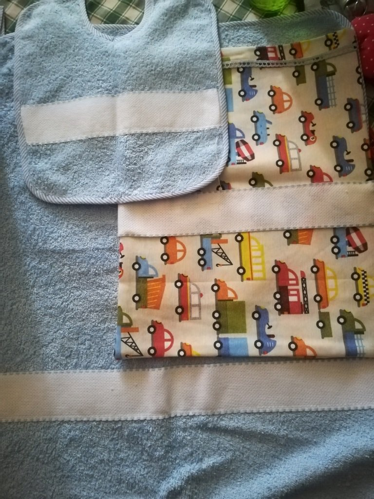 """""""I Ricamabili"""" : Set asilo composti da. bavaglino,sacchetto e asciugamanino,realizzato tutto a mano,per maschietto e femminuccia."""
