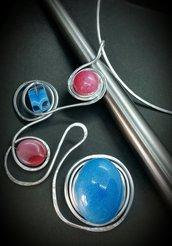 Collana/collier in filo di alluminio, cabochon in resina e vetro azzurro e rubino  fatto a mano