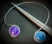 Collana/collier in filo di alluminio con cabochon  azzurro e viola perlato fatto a mano
