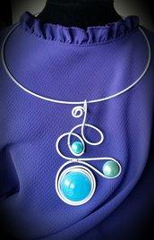 Collana/collier in filo di alluminio bianco e perle celesti e azzurre fatta a mano