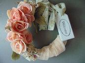 Ghirlanda romantica con rose e nastri