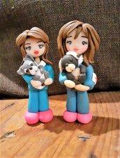 Cake topper o statuina veterinaria in fimo, disponibile la bambolina a sinistra