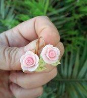 Orecchini con rose in pasta di mais, modellate a mano