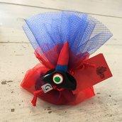 Bomboniera a sacchetto in organza rossa e tulle blu decorata con cappello da carabiniere interamente realizzato a mano