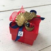 Cubo in carta rossa decorato con Fiamma dorata dei Carabinieri interamente realizzata a mano in pasta FIMO