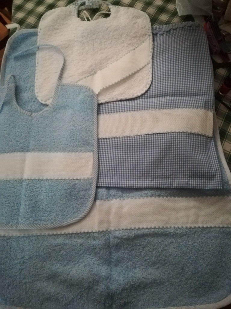 """""""I Ricamabili"""" :Set asilo, composto da due bavaglini,un asciugamanino e un sacchetto, per maschietto e femminuccia, tutto realzzato a mano."""