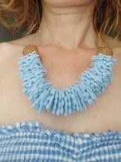 collana azzurra ritagli di plastica e sughero