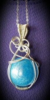 Collana/ciondolo in filo di alluminio e cabochon in resina azzurro perlato