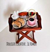 Miniature dollhouse 1:12 vassoio colazione - cornetti croissant, cioccolata tazza, fragole, teiera - miniature kawaii handmade