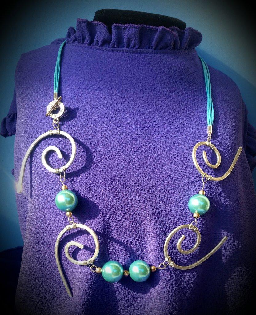 Collana in filo di alluminio, perle color acqua e chiusura con STRASS, fatta a mano - ONDE