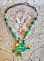 Pesce tropicale ciondolo per corta collana manufatta di ceramica e elementi simmetrici ai lati infilati in cordoncino lucido chiusura con nodo scorsoio