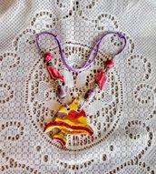 3°Pesce tropicale ciondolo per corta collana manufatta di ceramica e elementi simmetrici ai lati infilati in cordoncino lucido lilla chiusura nodo scorsoio tonalità rosa e lilla