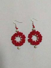 Orecchini rossi a forma di fiore con cristalli bianchi