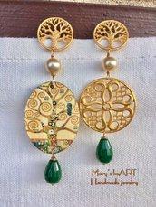 Orecchini pendenti asimmetrici con ovale in legno Klimt, zama, perle, pietre dure e perni in zama