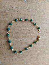 bracciale con cristallini verdi montato su filo dorato