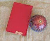 Taccuino rosso in vera pelle 10x15 cm e pietra mandala Simmetria colorata