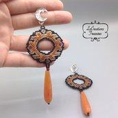 Orecchini pendenti in microtessitura di perline di vetro, etnici, gocce in agata colorata