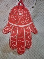Ciondolo esoterico d iceramica mano di Fatima manufatta con  motivo graffito bianco fondo rosso