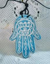 2° Ciondolo esoterico di ceramica mano di Fatima manufatta con motivo graffito bianco fondo mediterranè