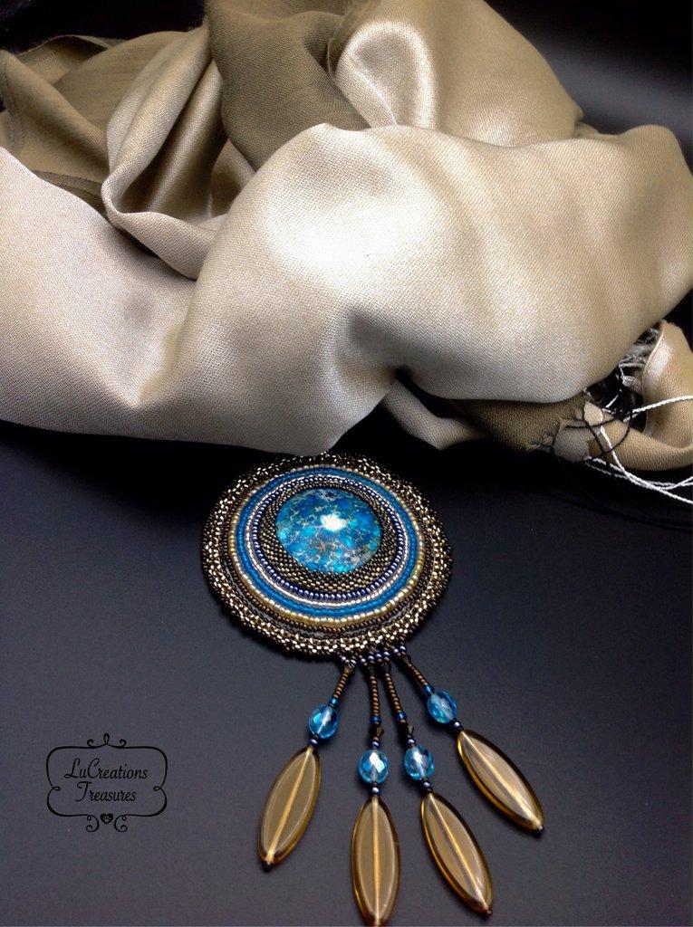 Foulard gioiello con pendente di perline all' embrodery, centrale minerale, frange swaroski