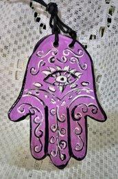 4° Ciondolo esoterico di ceramica mano di Fatima manufatta con motivo graffito bianco  con occhio su fondo lilla