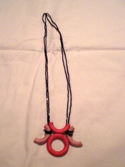 collana con ciondolo in cotone rosa e fucsia e perline lucide (n°559)