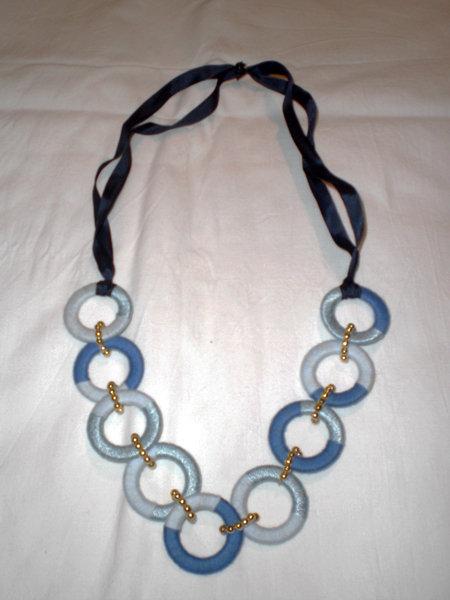 collana di anelli bicolori e nastro blu (n°569/570)