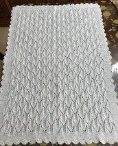 Copertina bianca di cotone per neonati lavorata ai ferri