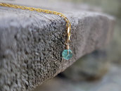 Piccolo ciondolo per collana in Smeraldo e oro laminato. Pendente pietra di smeraldo e oro. Regali per lei. Gioielli minimalisti