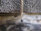 Piccolo ciondolo di diamante nero grezzo e oro laminato. Pendente diamante nero grezzo non tagliato