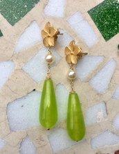 Orecchini pendenti con pietre dure verdi, perni in zama e perle di Maiorca