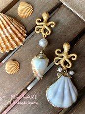 Orecchini asimmetrici realizzati con conchiglie vere, perni in zama e perle