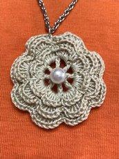collana  beige lavorata in cotone con l' unicinetto