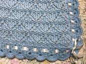 copertina di lana celeste per neonati fatta a mano