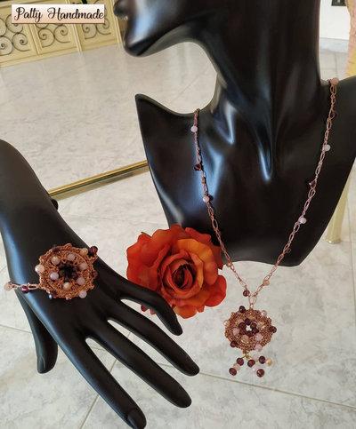 Set collana e bracciale ad uncinetto con ciondolo e perline