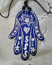 6° ciondolo  esoterico di ceramica, manufatto a forma di mano di Fatima con sella di Davide sul dorso e cuori fiori e gnci sulle dita , motivo graffito bianco su fondo blu