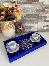 Set 2 tazzine di ceramica più vassoio di legno dipinto tutto con mandala a puntini