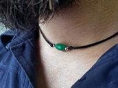 Collana uomo in filo di cuoio nero con pietra giada verde e perline in argento, realizzata a mano.