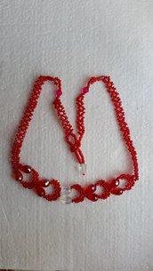 Collana con perline rosse e gocce di vetro rosse