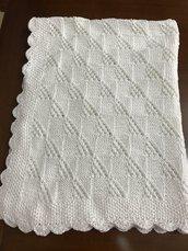 copertina di cotone bianca lavorata con ferri per neonate e neonati