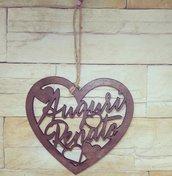 """""""Cuore innamorati"""" , coppia di nomi intagliati nel legno a forma di cuore :"""
